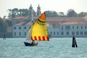 Vela al terzo; sullo sfondo l'isola di San Servolo (foto di Mario Fletzer)